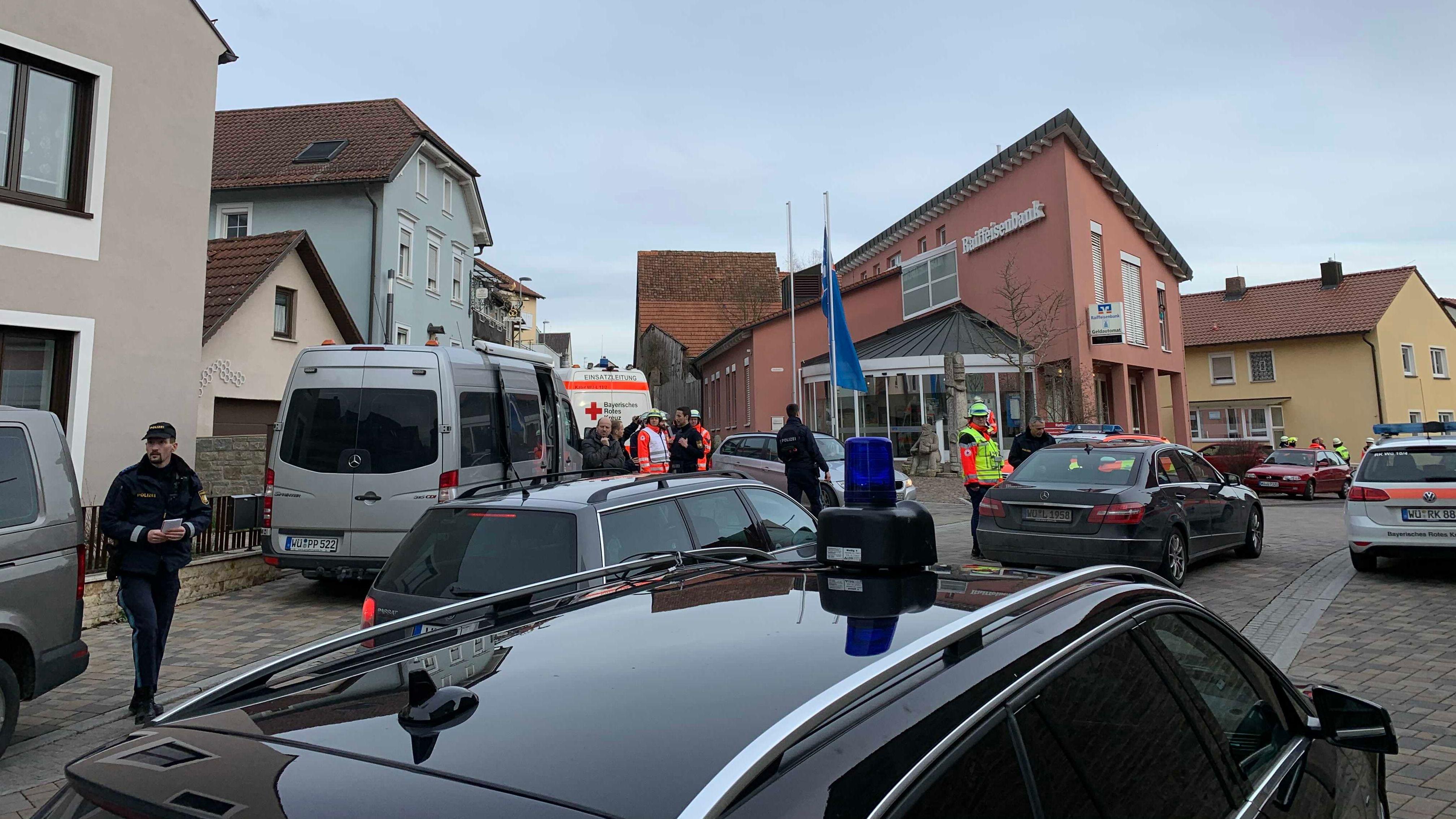 Großaufgebot der Polizei sucht in Kürnach nach Mann mit Schusswaffe.