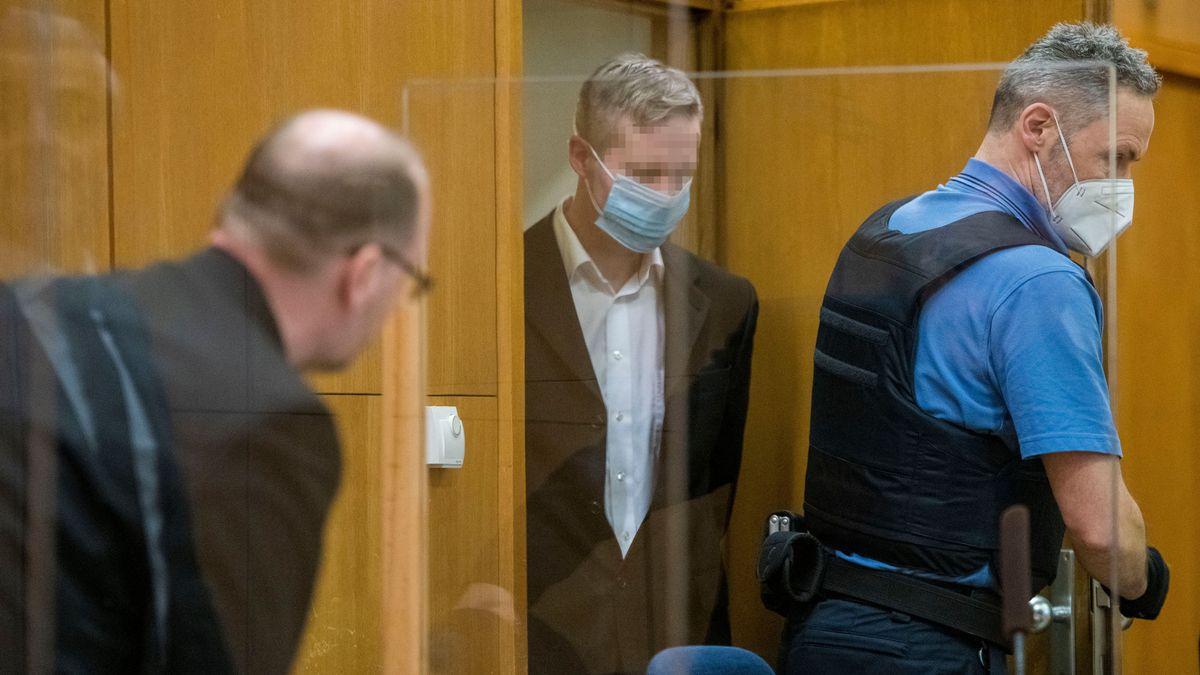 Stephan E. (M), angeklagt des Mordes an dem Politiker Walter Lübcke, spricht mit seinen Rechtsanwälten Mustafa Kaplan und Jörg Hardies.