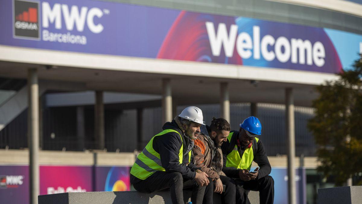Arbeiter vor den Gebäuden, in denen auch 2020, der MWC stattfinden sollte, es aber wegen des Coronavirus nicht tat.
