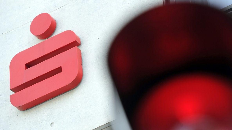 Ein rotes Sparkassen-Emblem an einer Fassade der Bank.