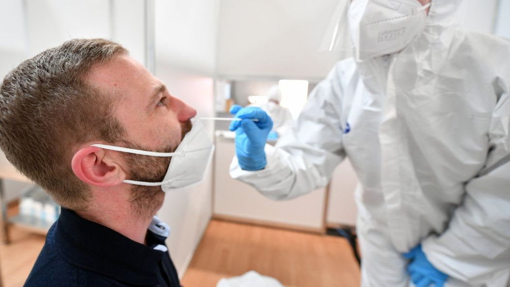 Mann bei PCR-Test