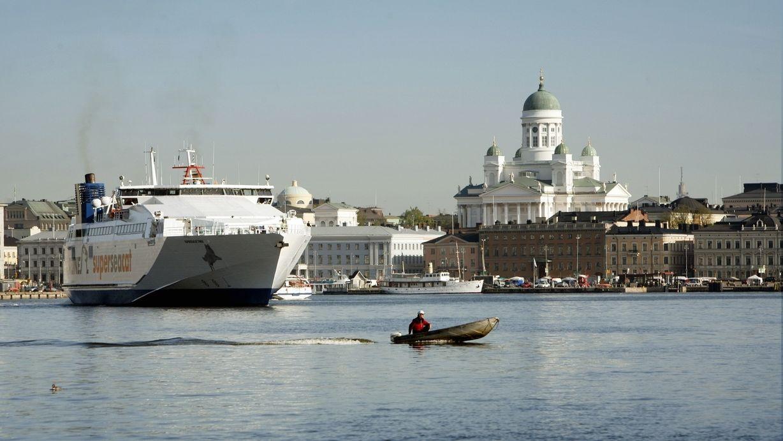Eine Fähre fährt in Helsinki an der Kathedrale und am Marktplatz am Hafen vorbei