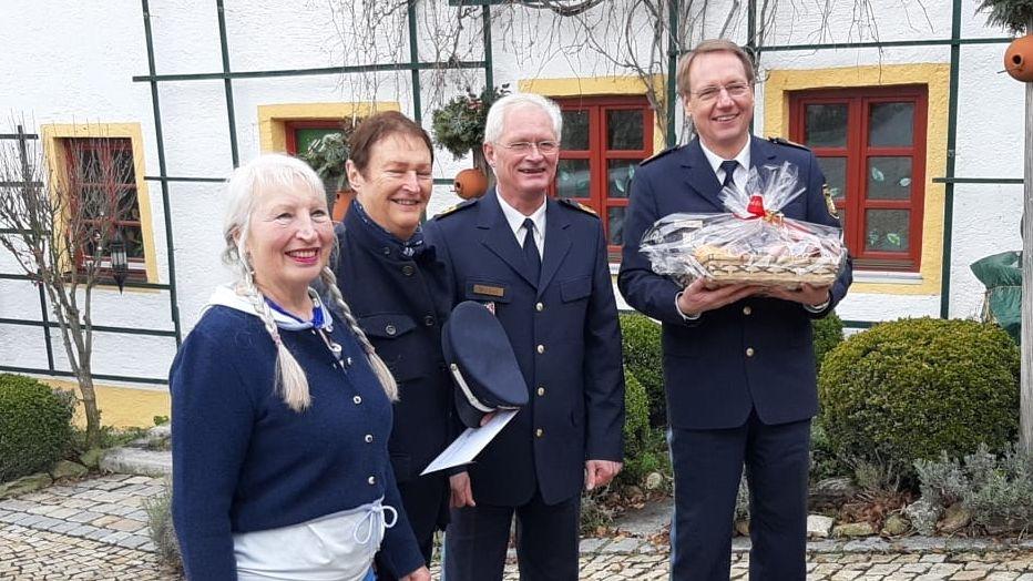 """Überraschung der Polizei Niederbayern zum 75. Geburtstag von Musiker """"Haindling"""""""