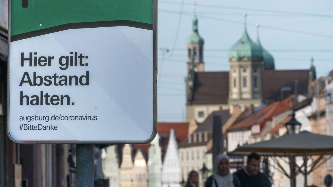 Corona-Schild in der Maximiliastraße am Rathaus in Augsburg