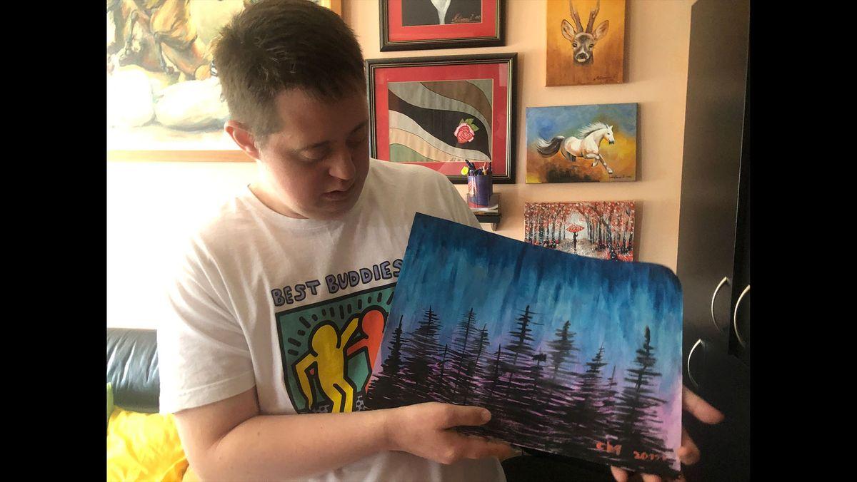 Strahinja Milisavac malt - auch mit Unterstützung von Mutter und Schwester, wie er erzählt.