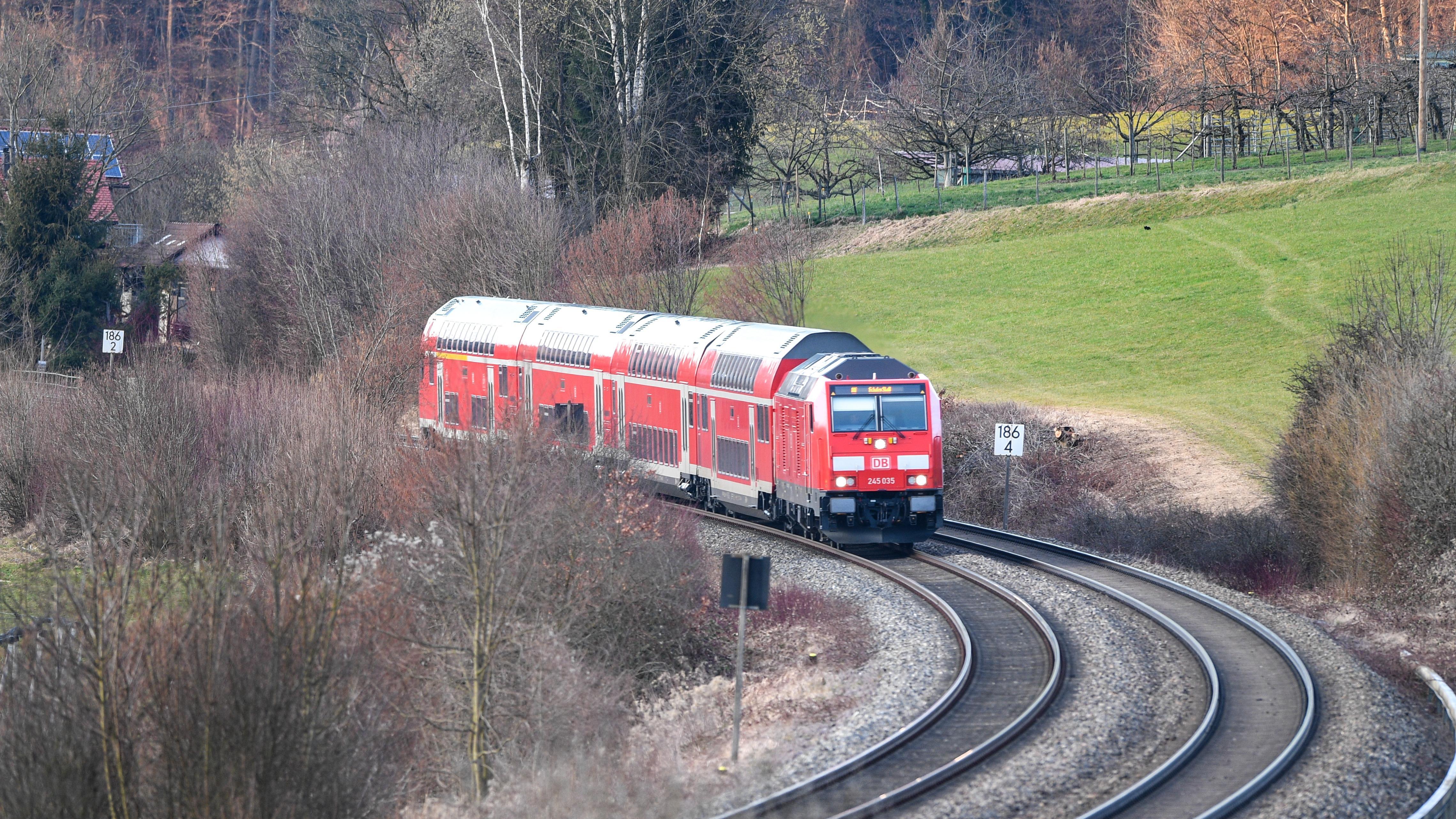 Eine Diesellok fährt mit mehrere Wagons Richtung Friedrichshafen.