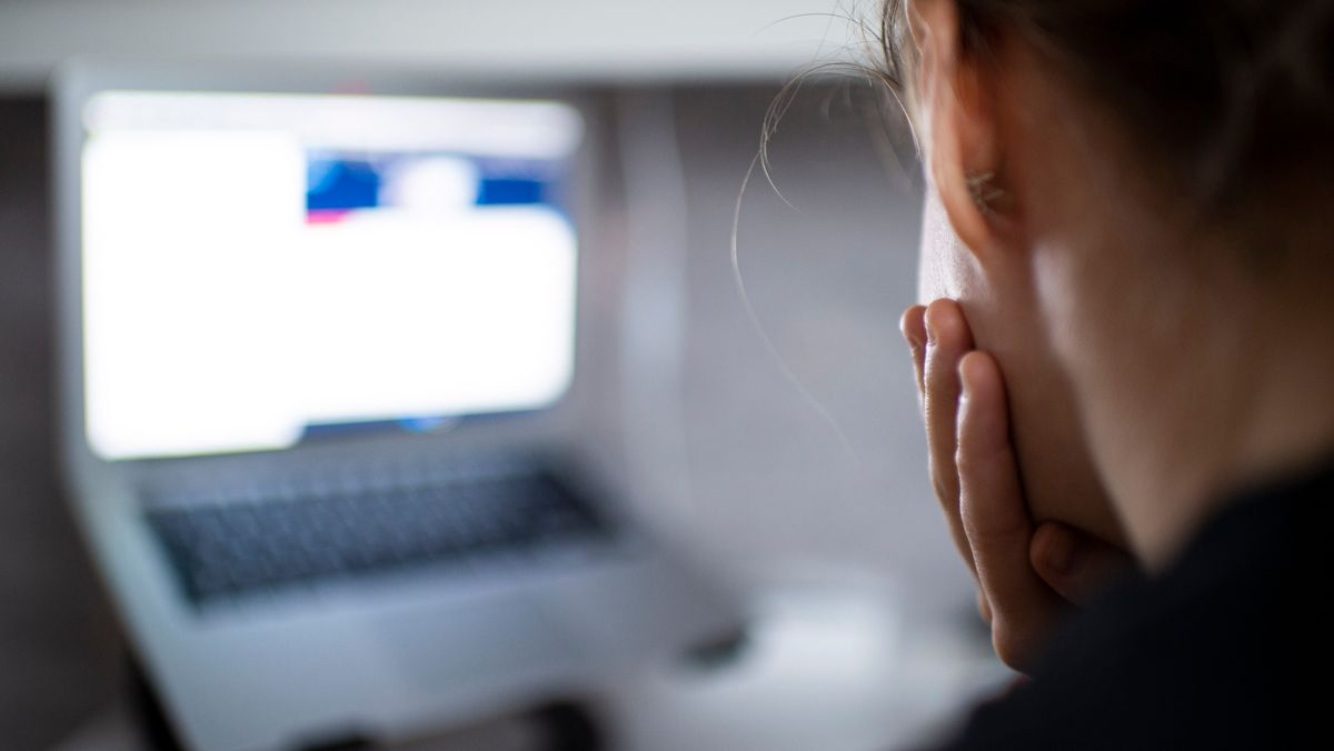 Ein Kind sitzt im Homeschooling vor einem Computer