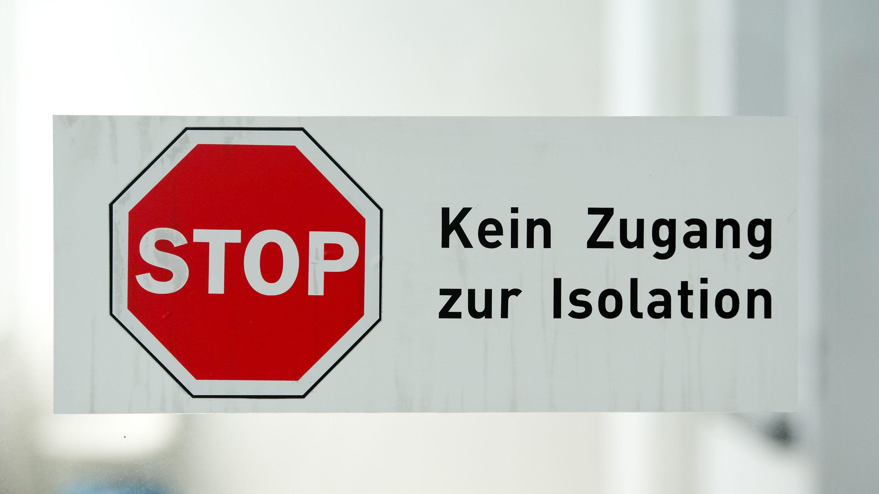 """Ein Schild mit der Aufschrift """"Kein Zugang zur Isolation"""" auf der Sonderisolierstation im Klinikum Schwabing."""