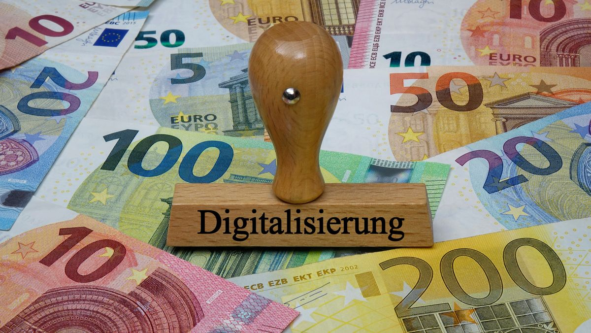 Stempel  mit Schriftzug Digitalisierung auf Banknoten