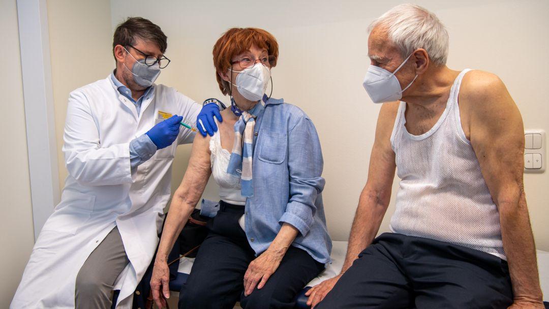 Corona-Impfung beim Hausarzt.