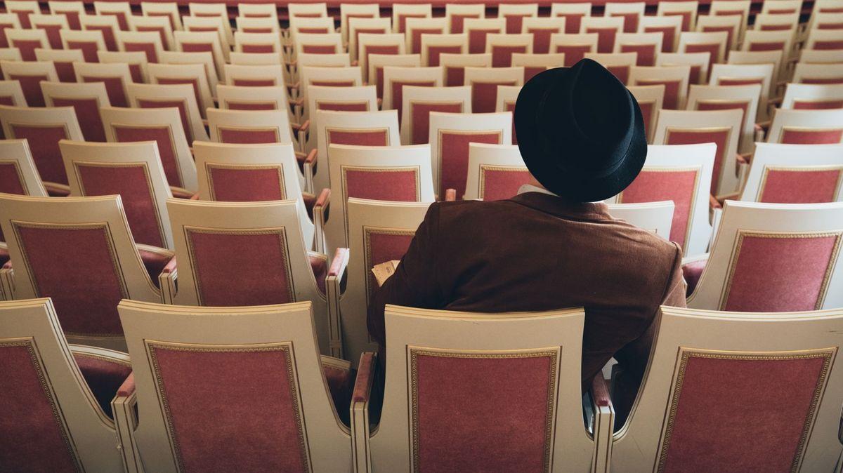 """Szenenfoto aus """"Sweet Spot/Das Verhör"""": Einsamer Herr sitzt im Zuschauersaal"""