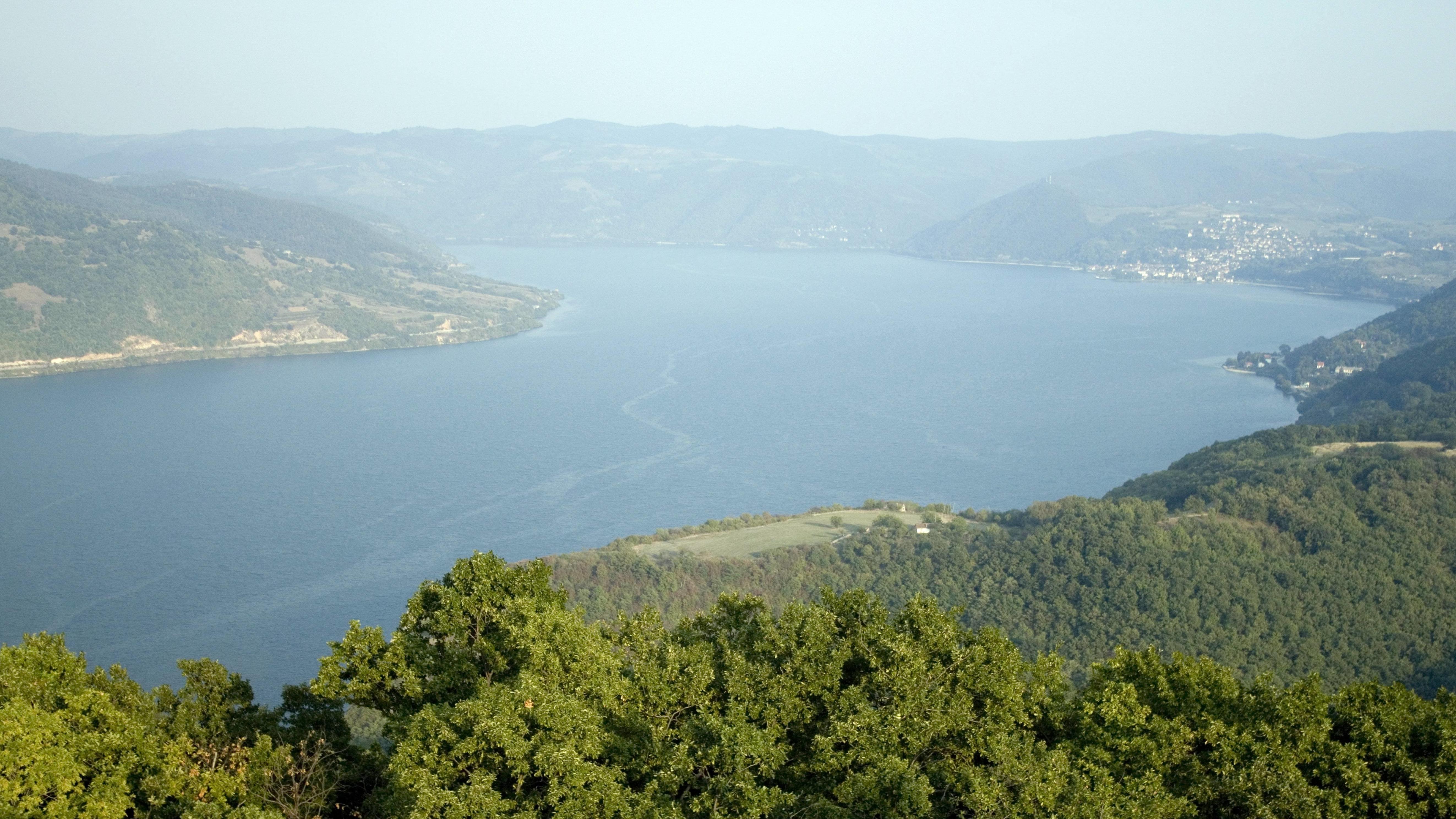 """Bild der Donau in Rumänien. Ein breiter, majestätischer Fluss. Harald Grill folgt der Donau und erzählt in seinem Buch """"Hinter drei Sonnenaufgängen"""" von seiner Reise."""