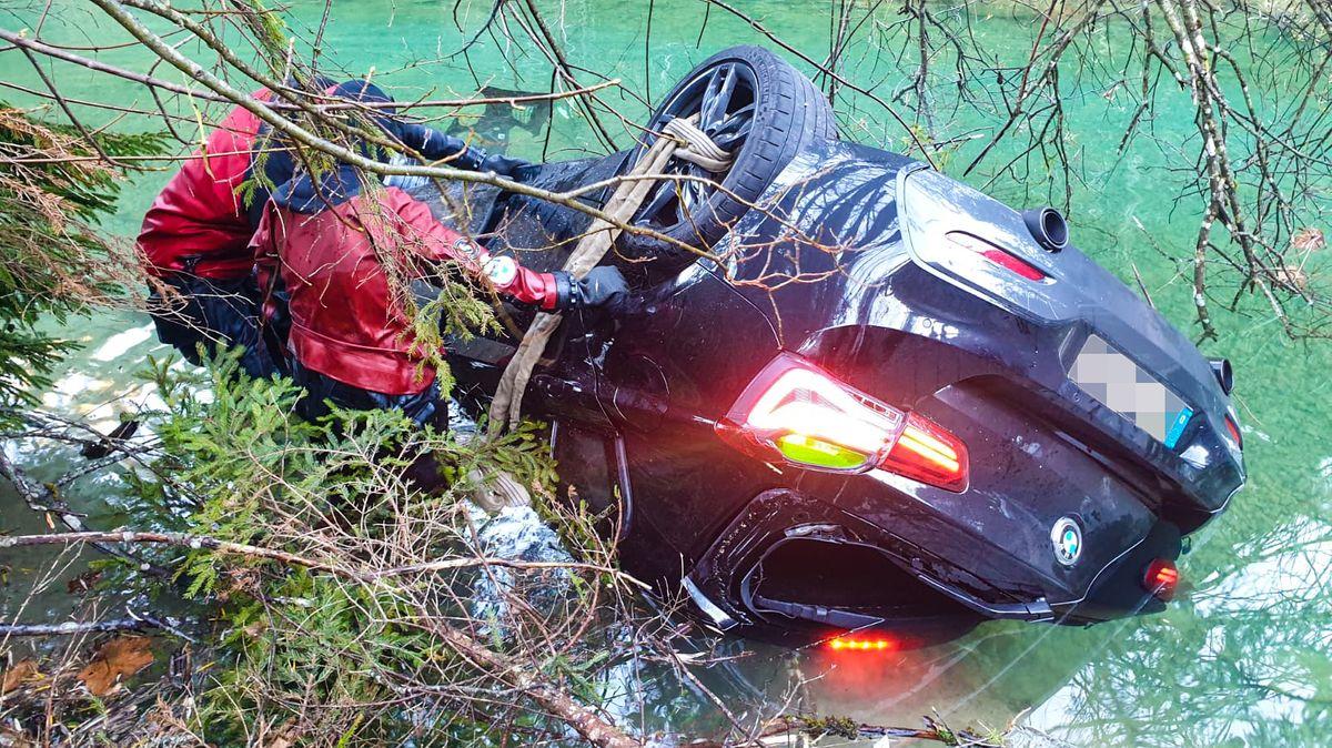 Ein 26-jähriger Autofahrer hat auf der Straße entlang des Plansees in Tirol die Kontrolle über seinen Sportwagen verloren - und landete im See.