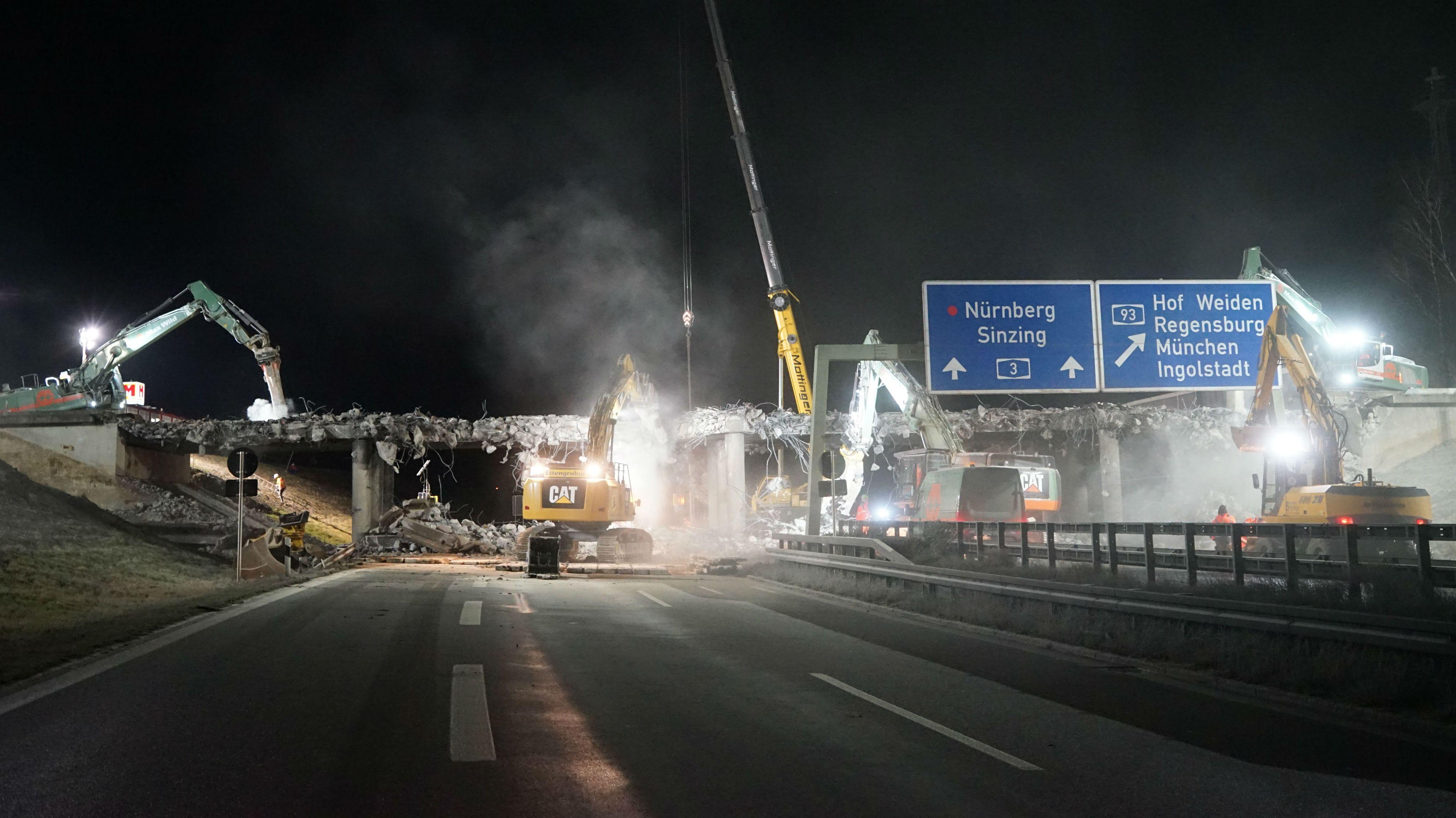 An der A3 südlich bei Regensburg haben Bauarbeiter am Samstagabend  planmäßig mit dem Abbruch von zwei Autobahnüberführungen begonnen.