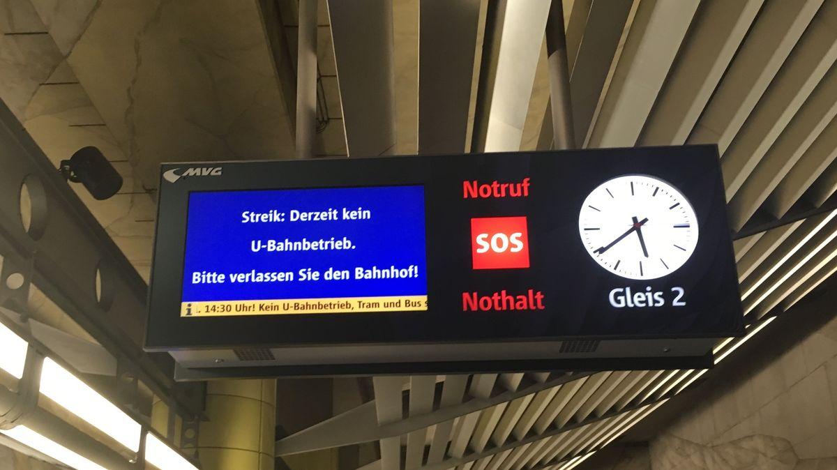 """Anzeigetafel bei der Münchner U-Bahn: """"Bitte verlassen Sie den Bahnhof!"""""""