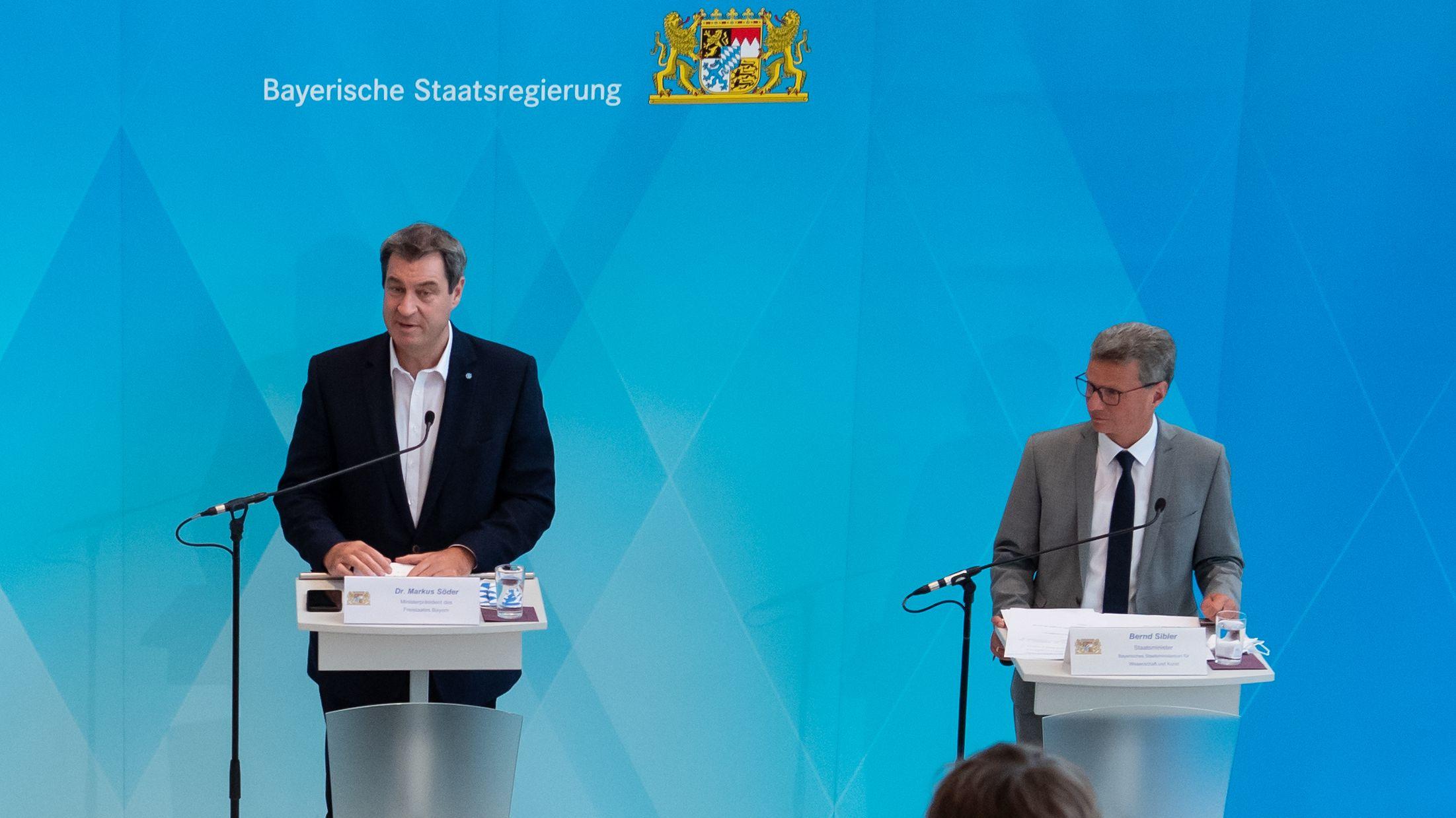 Bayerns Ministerpräsident Söder (l.) und Wissenschaftsminister Sibler (r.) bei einer Pressekonferenz am 06.07.20