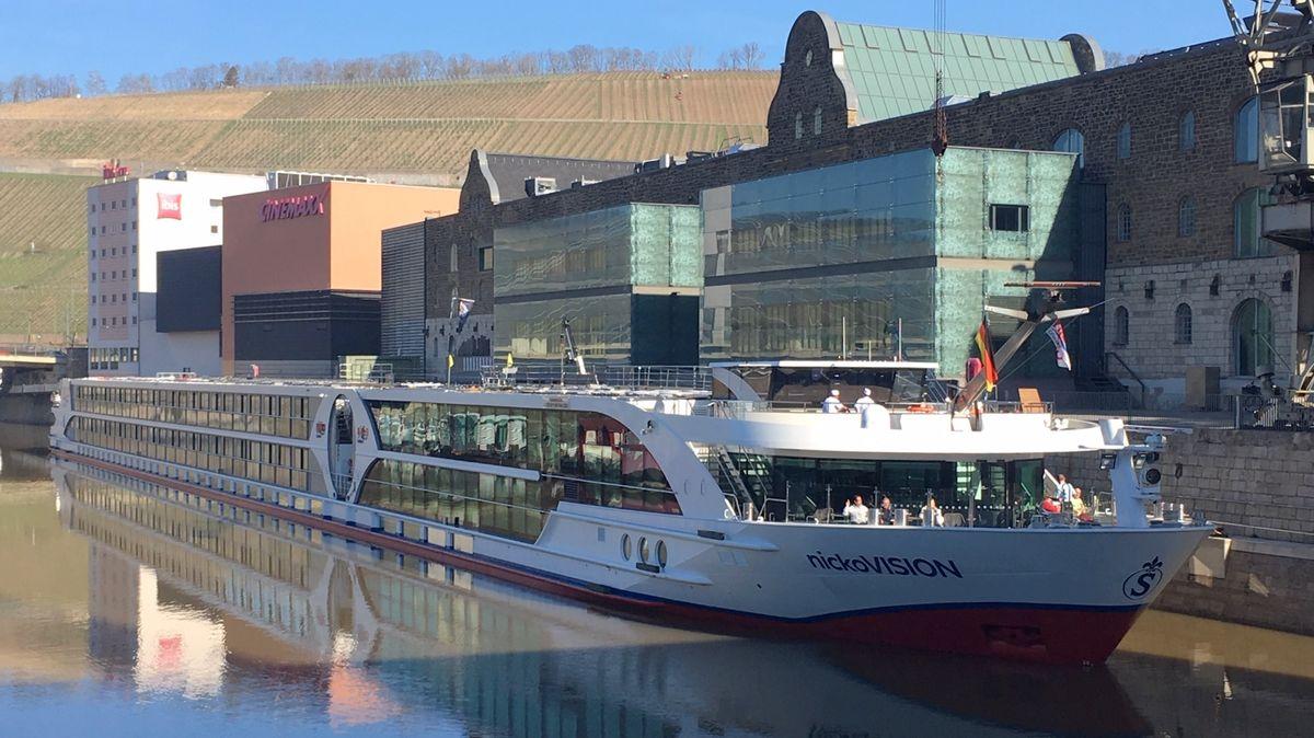 Erstes Fahrgastkabinenschiff legt nach Coronapause in Würzburg an