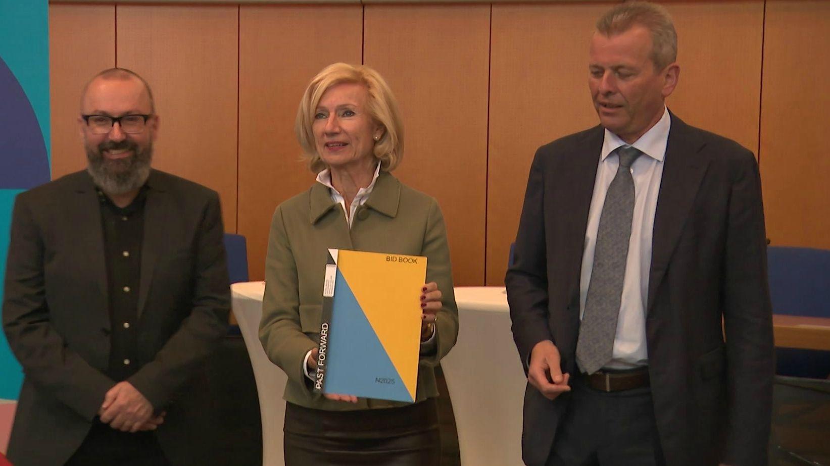 Vertreter der Stadt Nürnberg mit dem Bewerbungsbuch zur Kulturhauptstadt 2025.