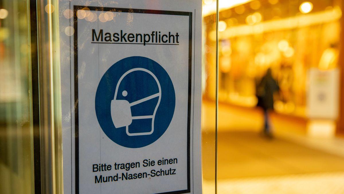 """Schild mit Aufschrift """"Maskenpflicht - Bitte tragen Sie einen Mund-Nasen-Schutz""""."""