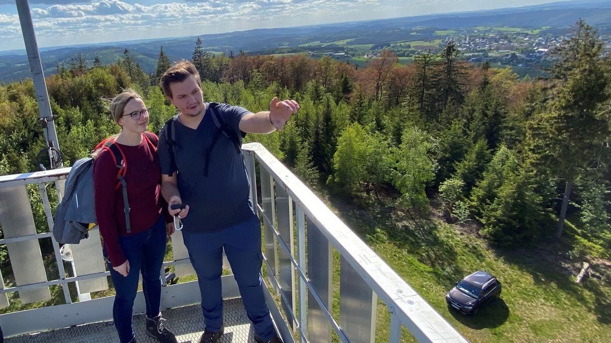 Die erfahrenen Geocacher Mona und Lukas auf dem Prinz Luitpold Turm am Gipfel des Döbraberges.