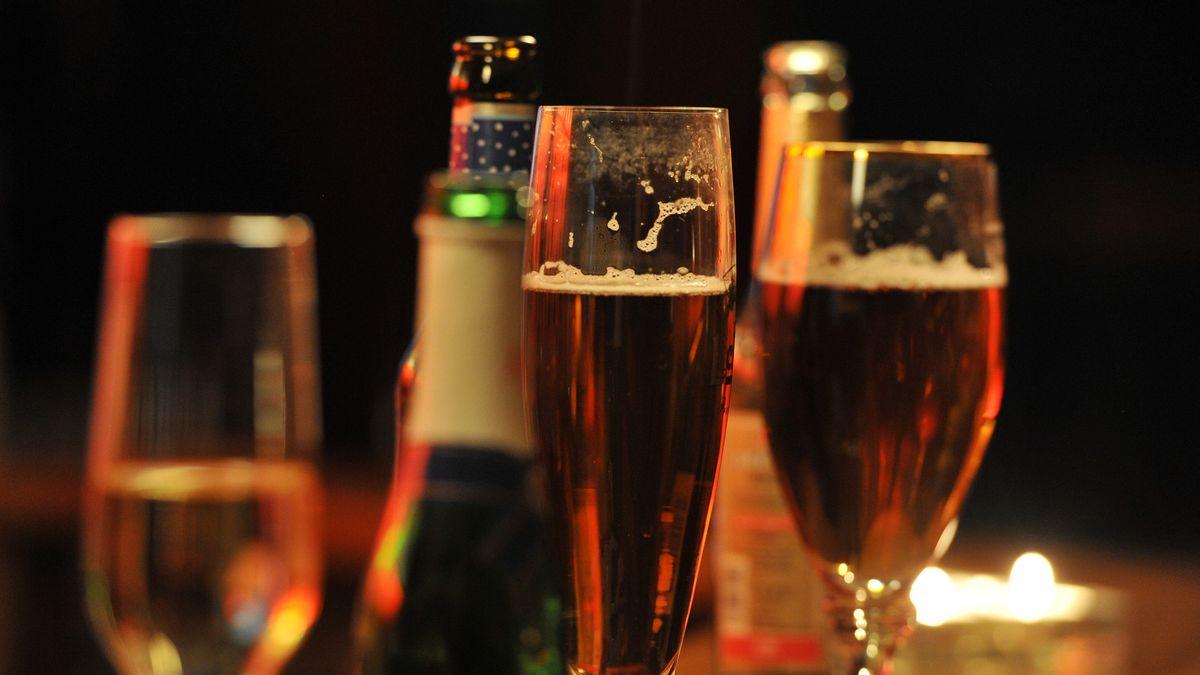 Symbolbild mit gefüllten Gläsern und Flaschen