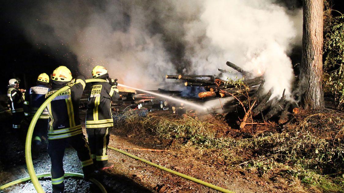 Großeinsatz der Feuer bei Brand von Holzstoß bei Stockstadt