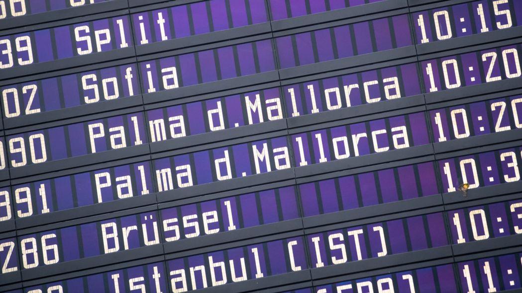Bayern, München: Verschiedene Flüge, unter anderem nach Palma d. Mallorca, sind am Flughafen München auf einer Anzeigentafel zu sehen. (Archivbild)