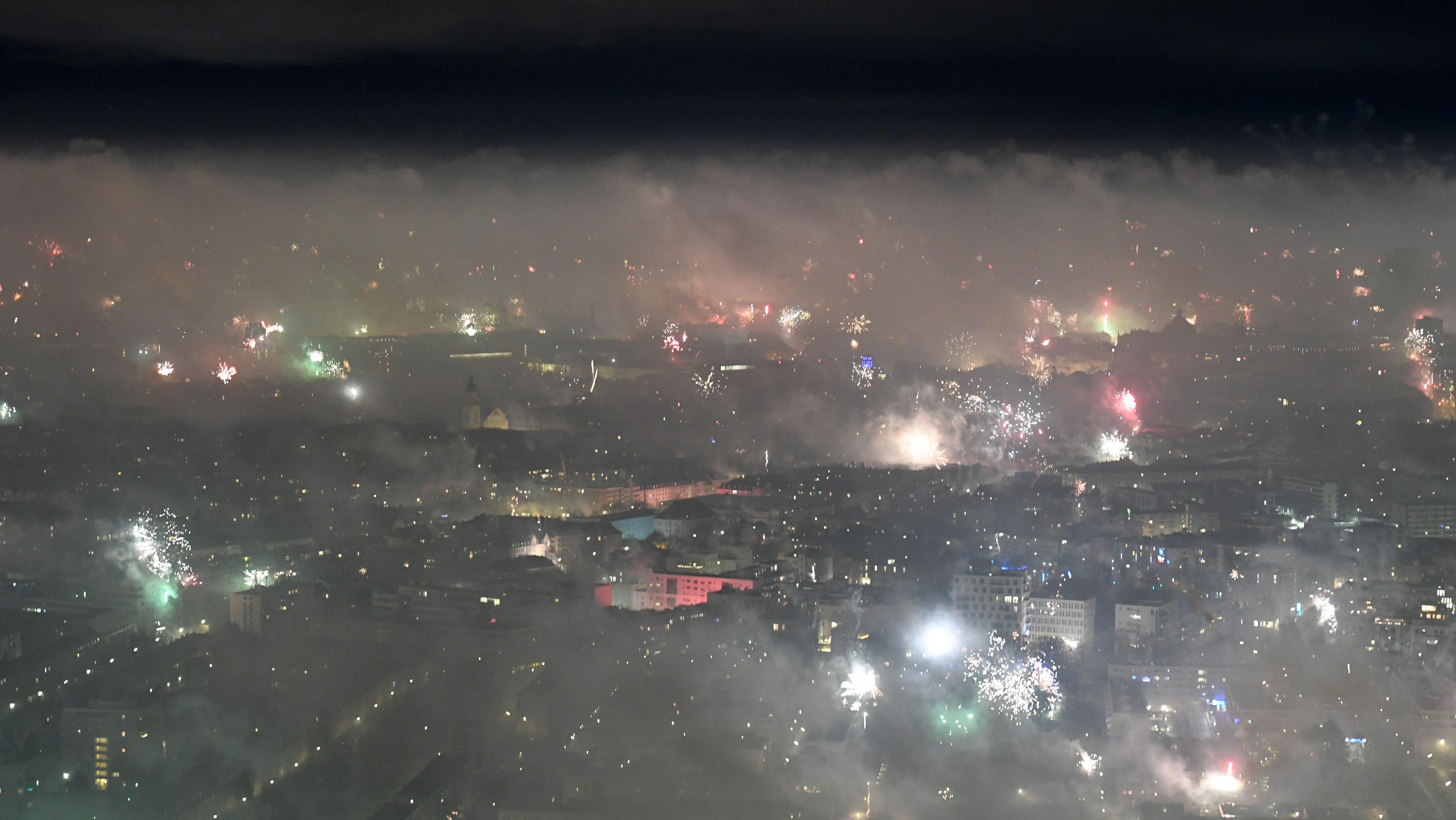 Feuerwerksraketen sind über der Frauenkirche in der Landeshauptstadt München in der Silvesternacht vom 31.12.2018 zum 01.01.2019 zu sehen.