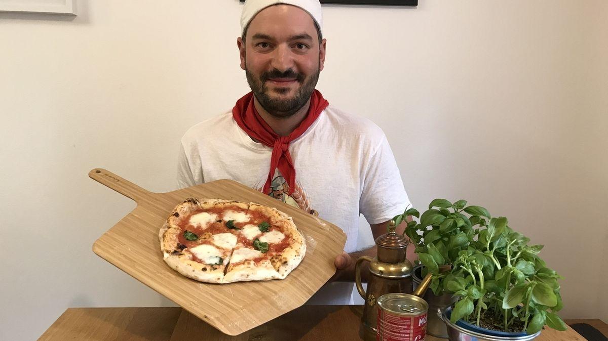 Sebastian Maletzke, Pizza-Youtuber aus Nördlingen, verrät das Geheimnis einer guten Pizza: Nur beste Zutaten und viel Zeit.