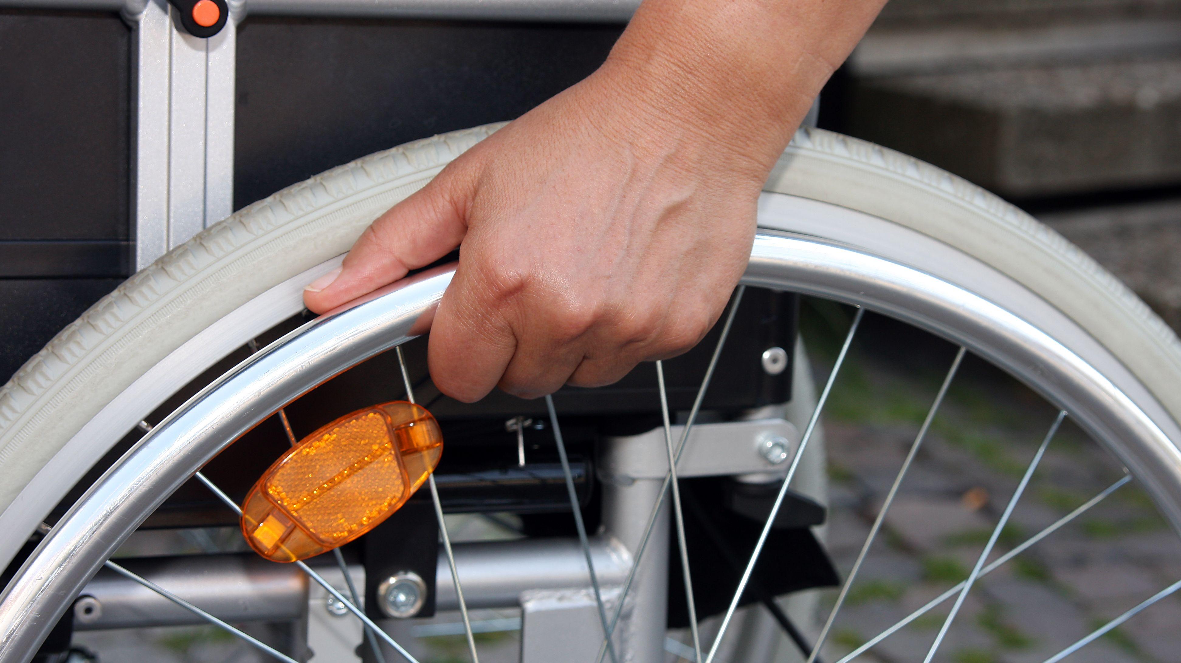 Symbolbild: Person in einem Rollstuhl