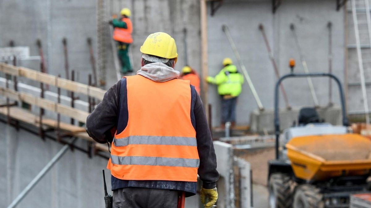 Bauarbeiter auf einer Baustelle (Symbolbild)