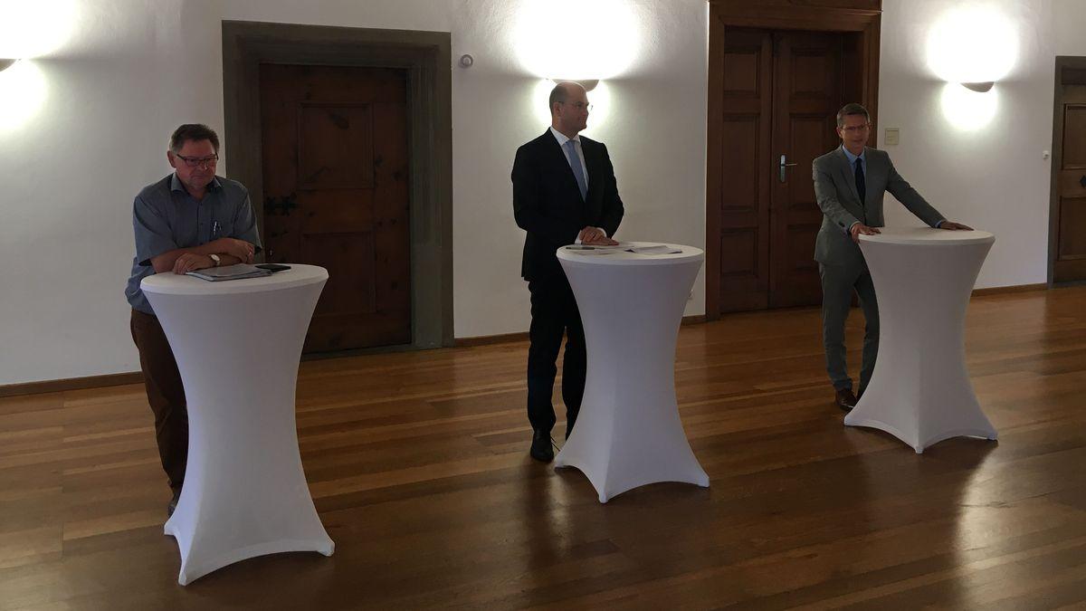 Finanzminister Albert Füracker (Mitte),  Oberbürgermeister Sebastian Remelé (rechts)