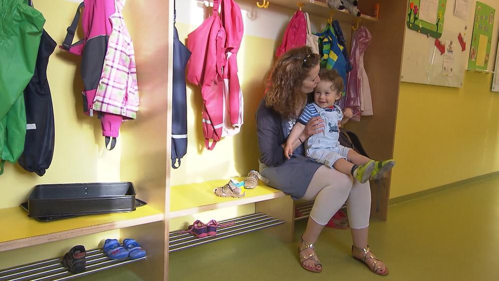 Mutter mit Kind in der Kita | Bild:BR