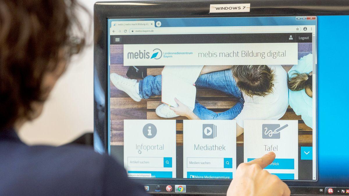 Lehrerin benutzt Lernplattform Mebis