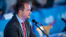 Martin Sichert, der bayerische Landesvorsitzende der AfD, spricht während des Sonderparteitags der AfD in Geding. | Bild:dpa/picture-alliance/ Lino Mirgeler