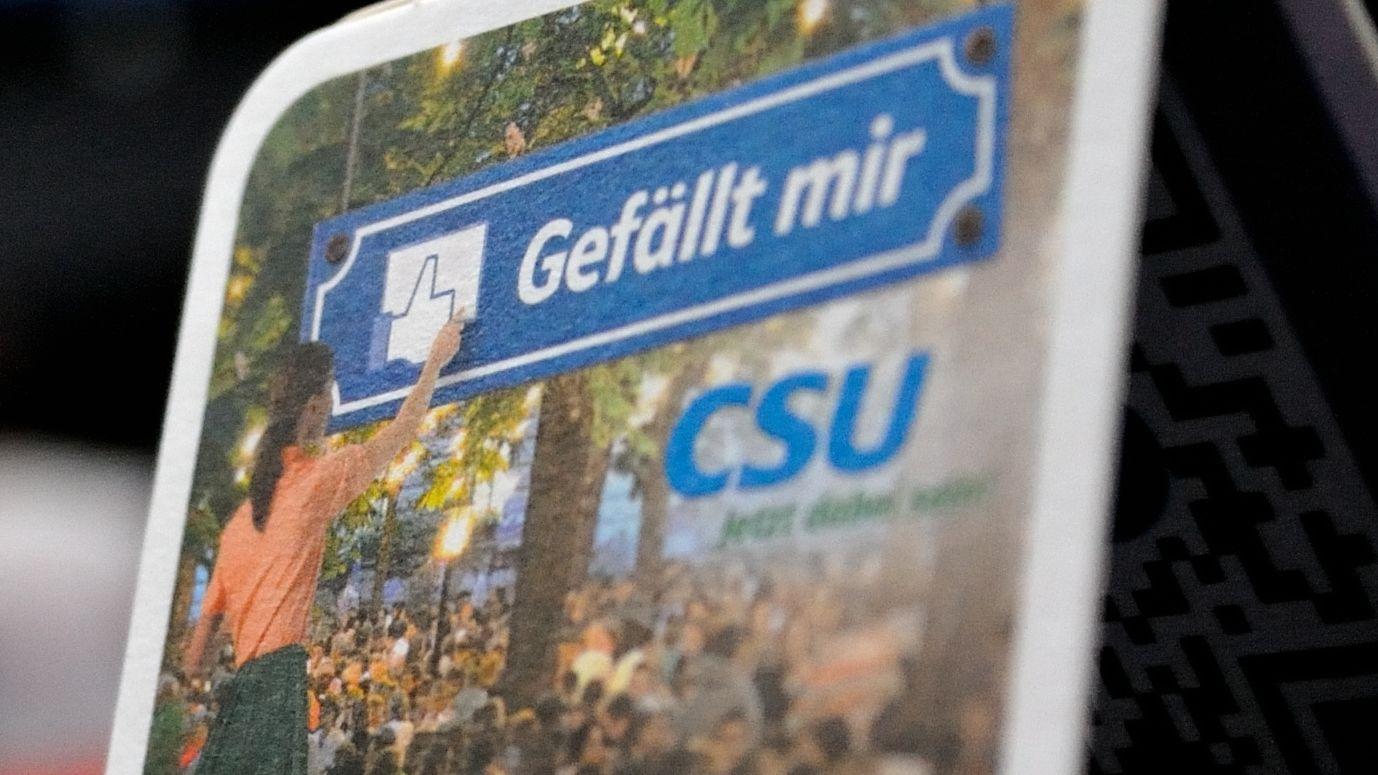 Archivbild: Ein CSU-Bierdeckel bei Seehofers Facebook-Party 2012