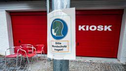 Ein Schild zur Mundschutzpflicht neben dem Gymnasium Pfarrkirchen   Bild:pa/dpa/Armin Weigel