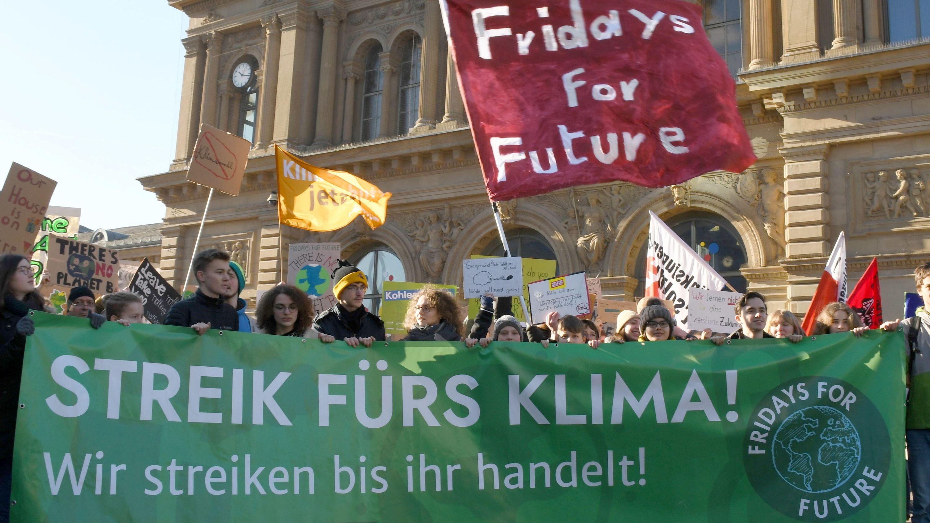 Archivbild: Schüler demonstrieren vor dem Mainzer Hauptbahnhof
