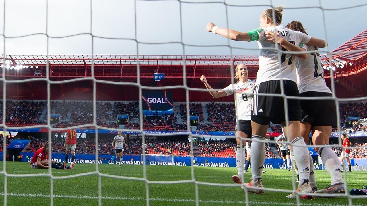 Die deutschen Spielerinnen jubeln nach dem Treffer zum 1:0.