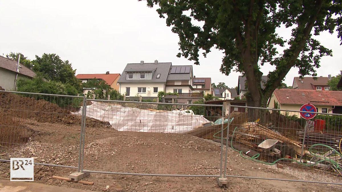 Ein Bauzaun ist vor einem Grundstück aufgestellt.