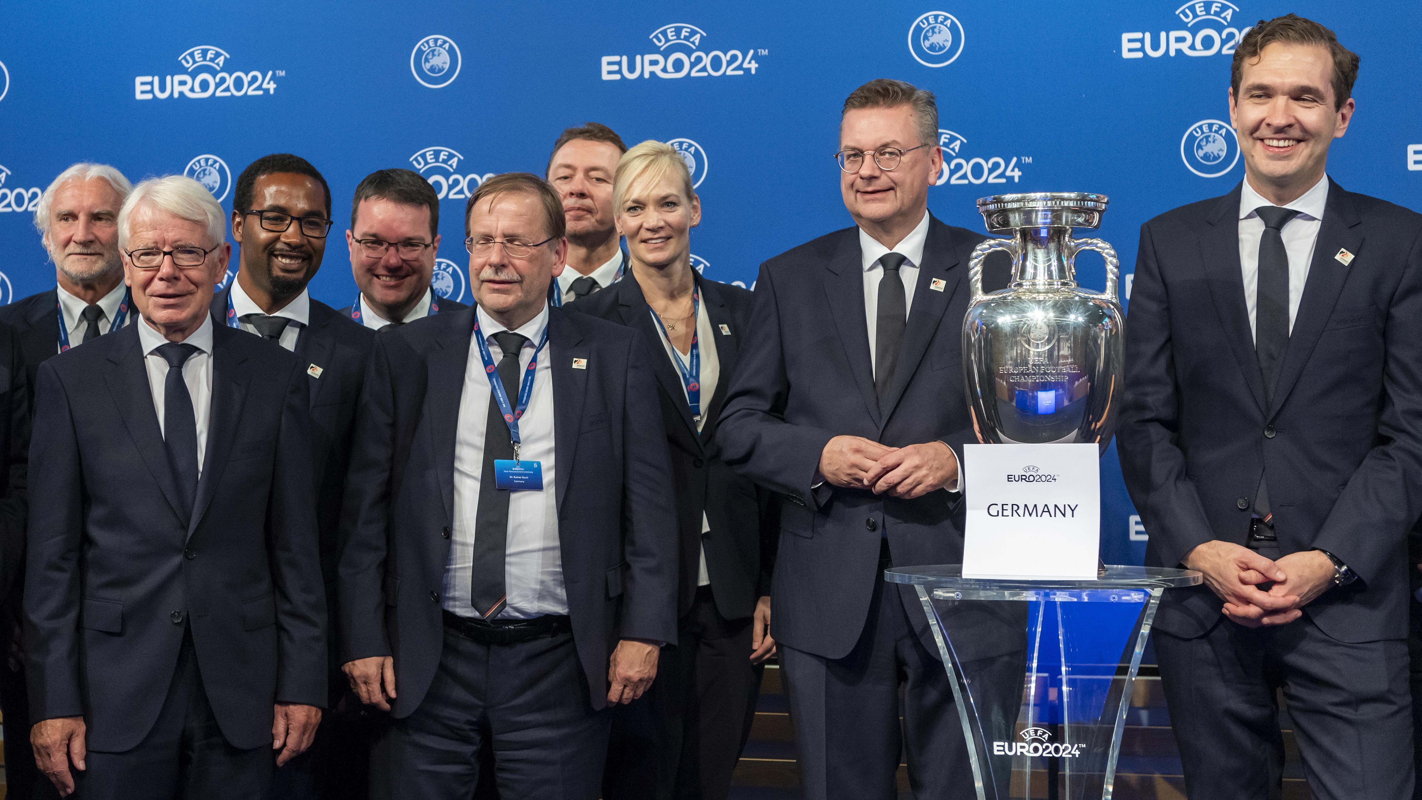 Die deutsche Delegation nach der Bekanntgabe des EM-Gastgebers 2024 ims schweizerischen Nyon