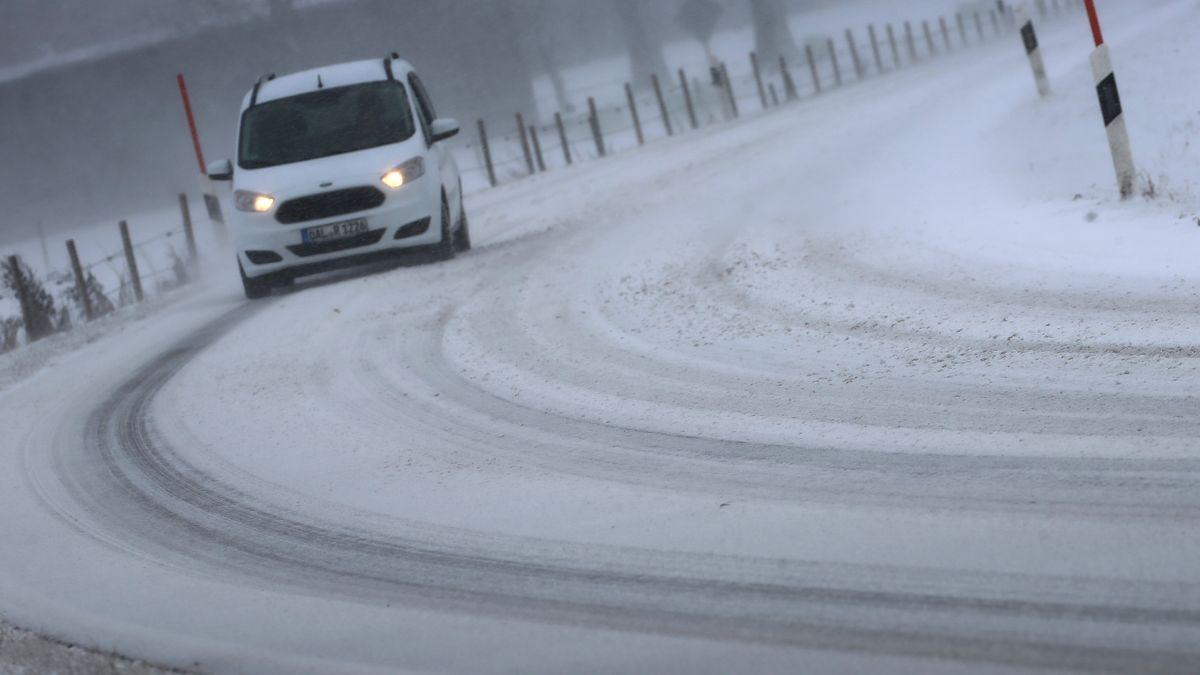 Ein Auto auf einer schneebedeckten Fahrbahn (Symbolbild)