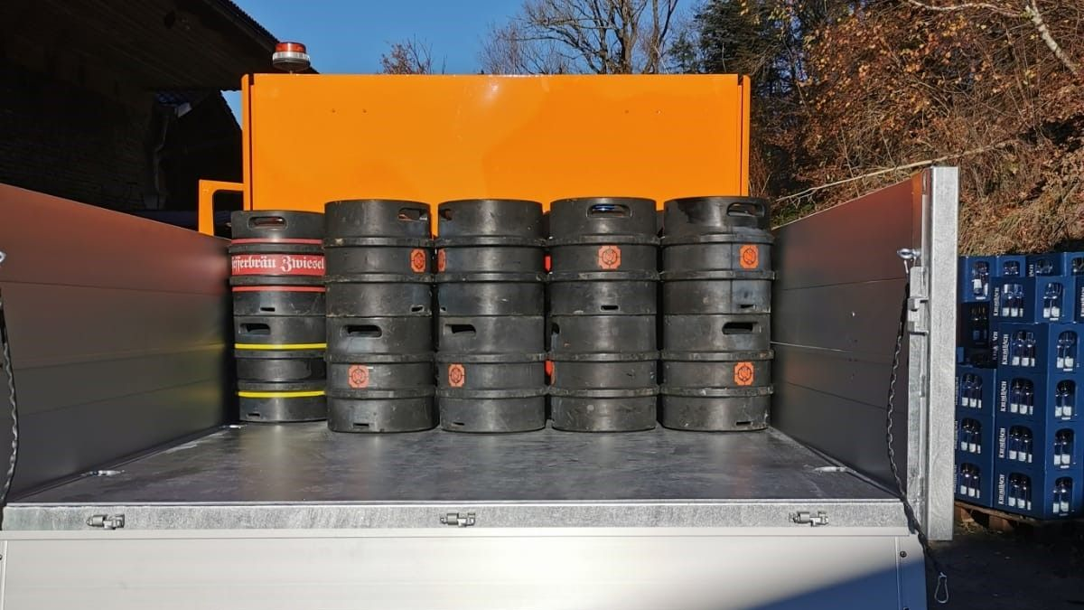 Die Bierlieferung auf der Ladefläche des Elektro-Lkw für den Großen Arber