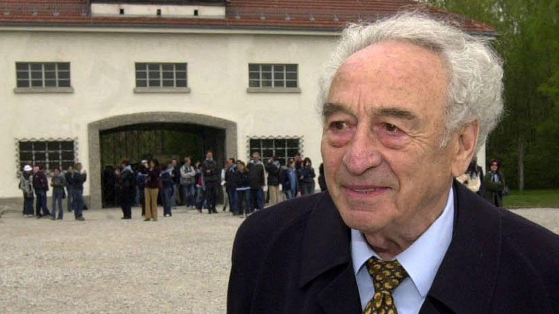 Der Holocaust-Überlebende Max Mannheimer im Jahr 2002 am Eingang zur KZ-Gedenkstätte Dachau.