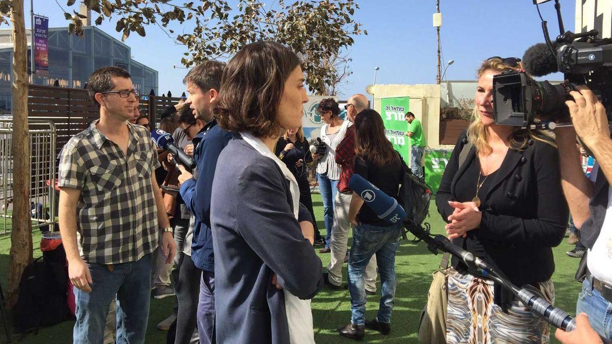 Susanne Glass und Torsten Teichmann bei Interviews mit NGO-Mitarbeitern