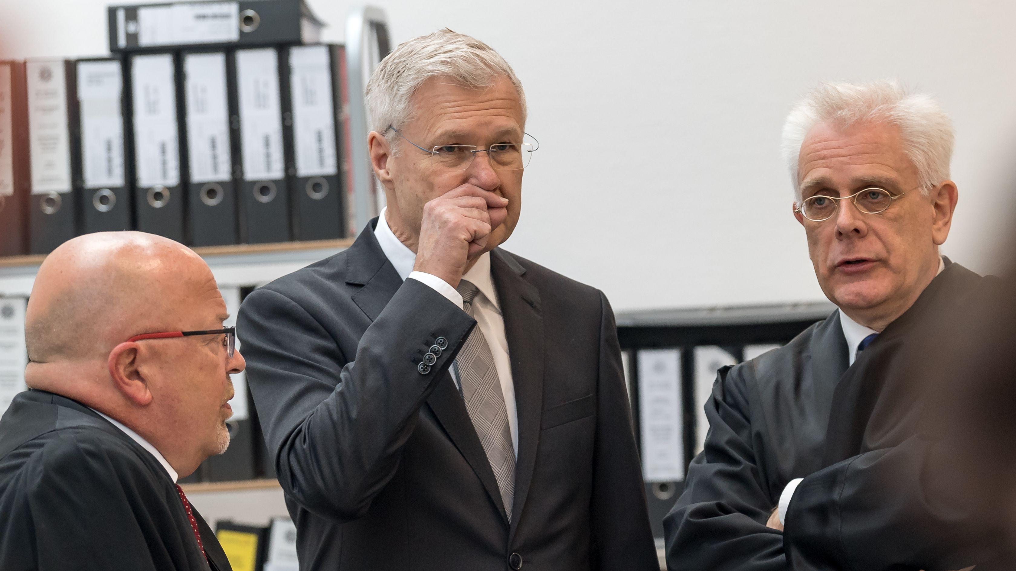Alfred Lehmann (M, CSU) mit seinen Anwälten Jörg Gragert (l) und Andreas Mariassy (r) vor Prozessbeginn im Landgericht Ingolstadt