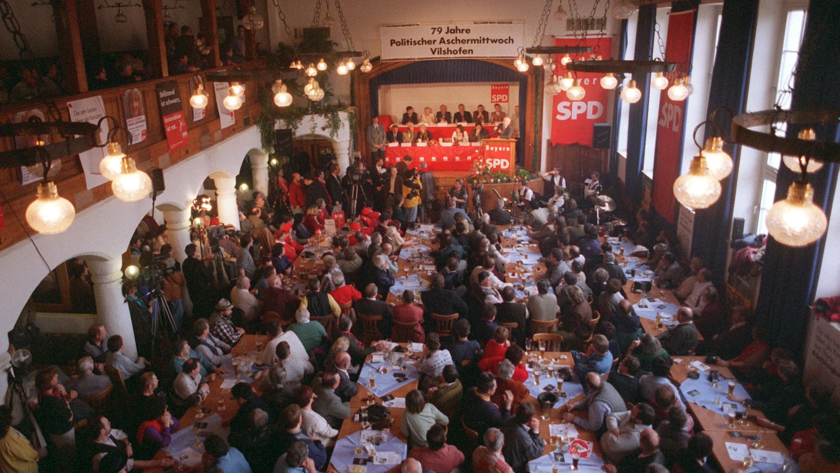 1998: Blick in den Wolferstetter Keller während des Politischen Aschermittwoch der SPD in Vilshofen