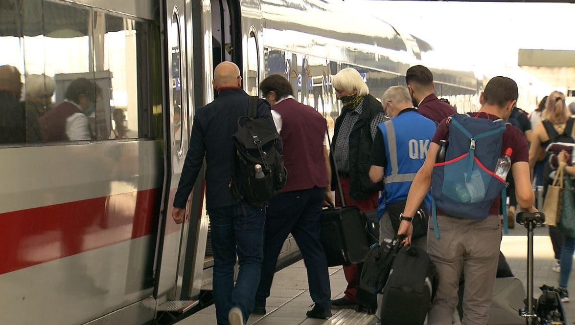 Fahrgäste steigen in einen ICE