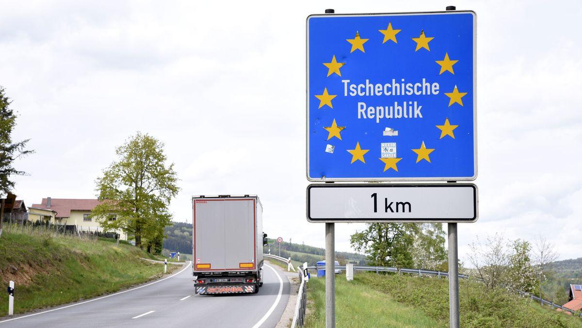 Ein Lkw an der tschechischen Grenze.