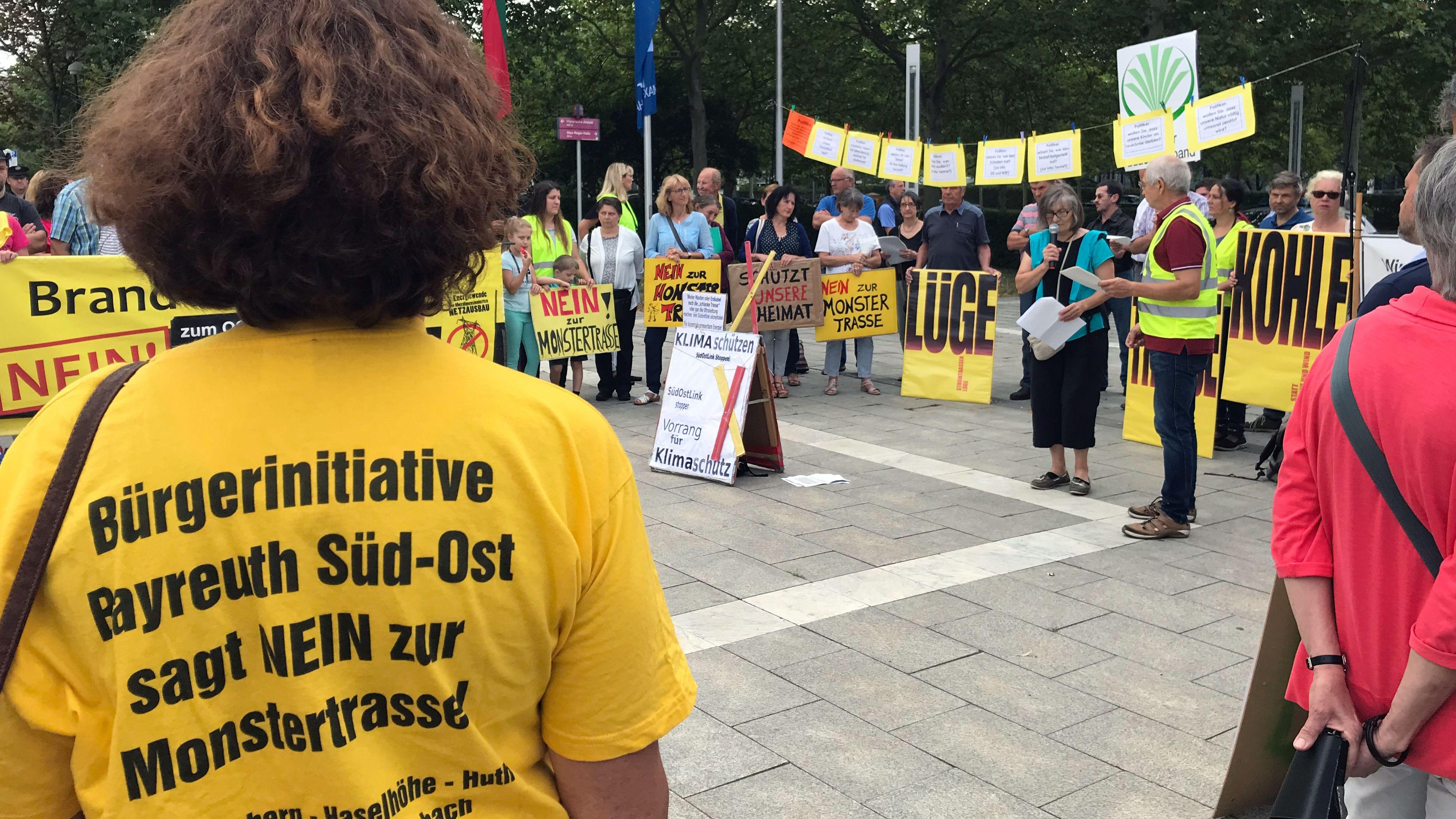 Gegner der geplanten Stromtrasse durch Nord- und Ostbayern haben am Dienstagmorgen in Weiden demonstriert.